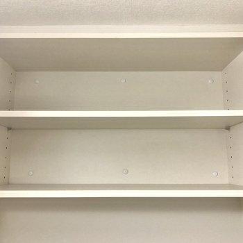 上部にはトイレットペーパーなどが置ける棚もあります!