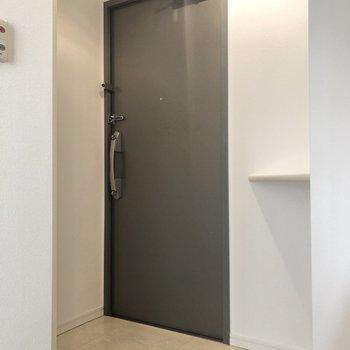 玄関です。角には鍵置き場などにちょうど良いスペースもありますね。