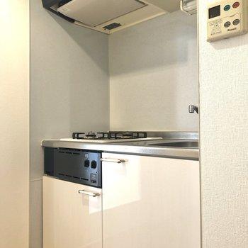 まずはキッチンから。冷蔵庫置き場は反対側にありますよ。