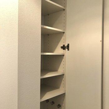 棚板が可動式の靴箱。下部には傘がしまえるようになっています。