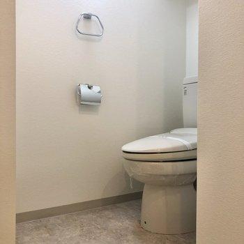 トイレは洗濯置き場の右隣に。