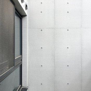 【1階・LDK】南側小窓からの眺望です。