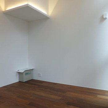 上部のライトがなんとも雰囲気をだしてくれます。※写真は2階の同間取り別部屋です