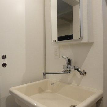 化粧水とか置くスペースなさそう、かと思いきや...※写真は2階の同間取り別部屋です