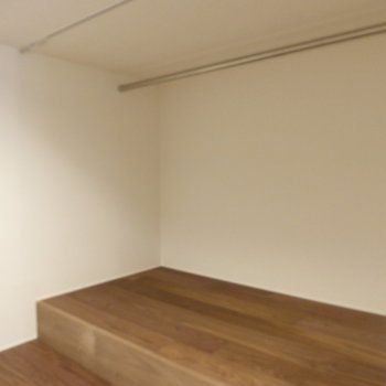 パイプに洋服をかけられます◎※写真は2階の同間取り別部屋です