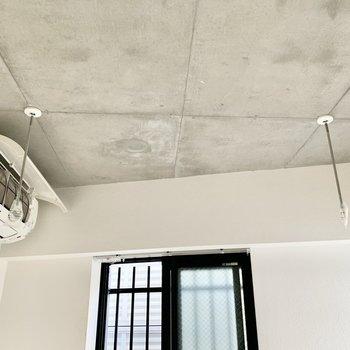 バルコニーはないですが、室内干し用の設備があります。※クリーニング前の写真です