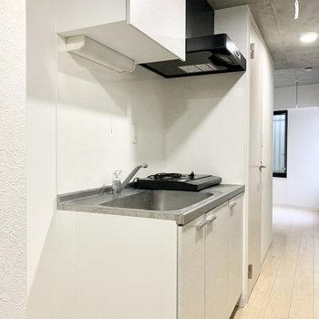 シンプルなモノトーンのキッチン。※クリーニング前の写真です