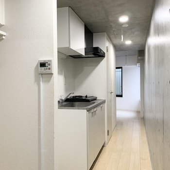 玄関ドアを入り、キッチンを通って居室です。ドアがないため少し開放感があります。