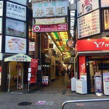 駅を出てすぐにある商店街。外食は充実しています。