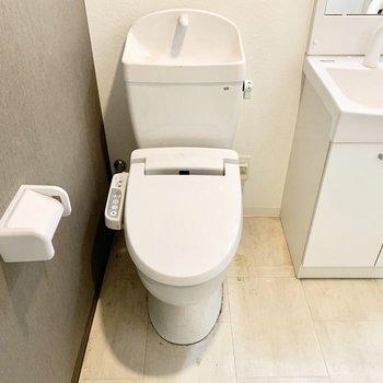 ウォシュレットのトイレは脱衣スペースに。※クリーニング前の写真です
