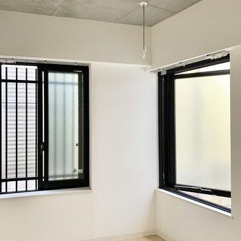 天井はコンクリでオシャレな雰囲気です。