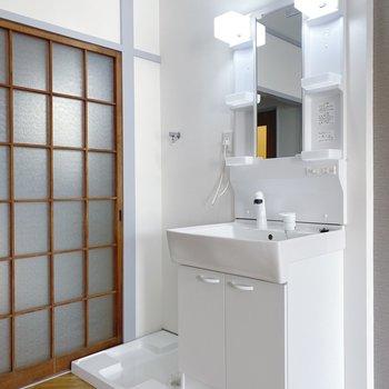 独立洗面台と洗濯機はお隣。収納も十分で化粧水などはここにひとまとめに!
