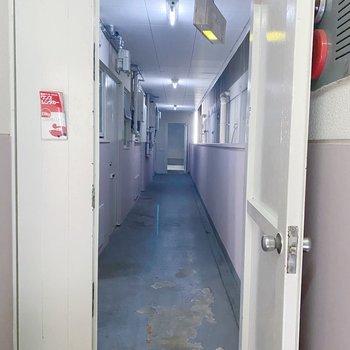 こちらの奥のドアを進むとお部屋の前に出ます。