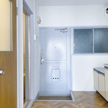 では、キッチン周りを見ていきましょう。左側手前がお手洗いで、奥がお風呂場です。