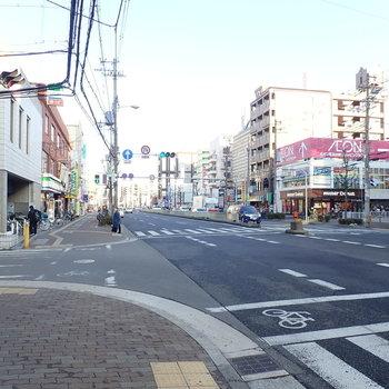 周辺環境】団地からはすぐに大通りへ出られます。ショッピングモールなどが集まっていて暮らしやすいですよ。