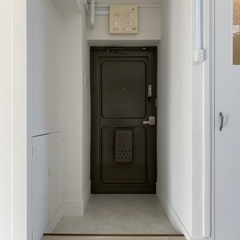 玄関も写真なんかで賑やかに飾りたいですね。