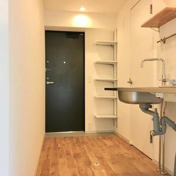 キッチンスペースも十分。※写真は2階の同間取り別部屋のものです