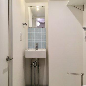 あっ、こっちにもいた!洗面台とキッチン、シミラールック。※写真は2階の同間取り別部屋のものです