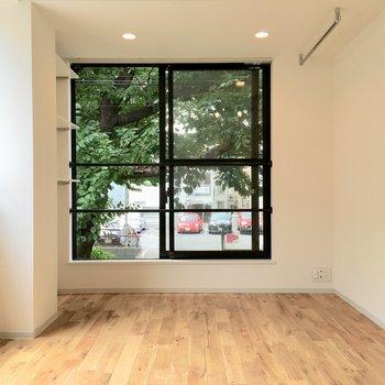 お部屋の前には桜の木が。春が楽しみになります。※写真は2階の同間取り別部屋のものです