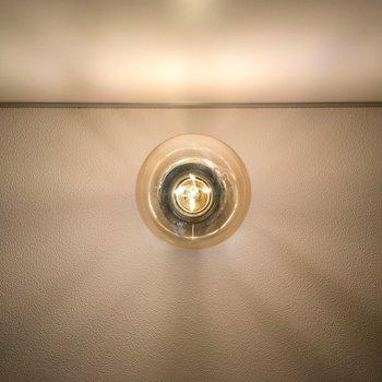 フィラメント丸出し、エジソン電球。※写真は2階の同間取り別部屋のものです