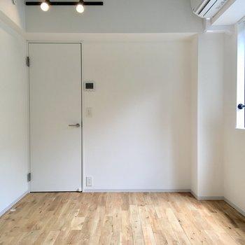 白壁にスポットライト、足元に広がるのは......※写真は2階の同間取り別部屋のものです