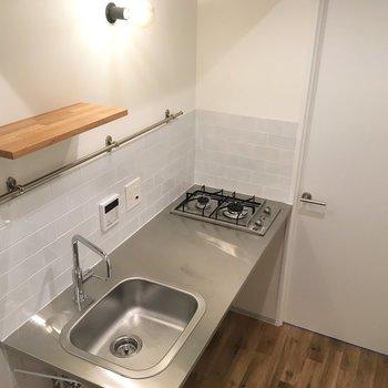 ステンレスキッチンかっこいい。タイルとのデザインの相性が良いですね。※写真は2階の同間取り別部屋のものです