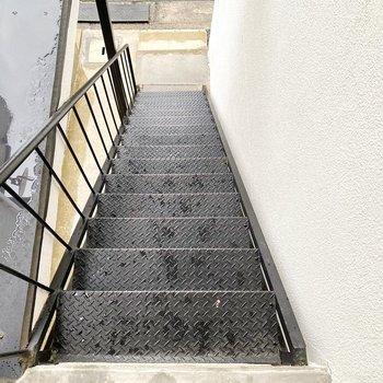 お部屋までは階段で。雨の日は滑りやすいので注意!