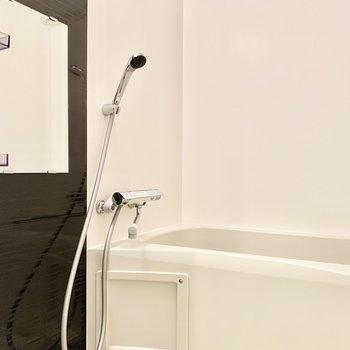 浴室乾燥機付きです。※写真は4階の同間取り別部屋のものです