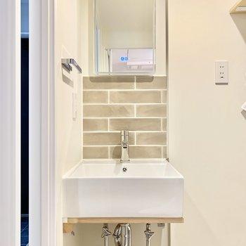 洗面台の鏡は、ボタンを押すと光るんですよ。※写真は4階の同間取り別部屋のものです