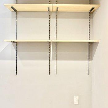 高さ調節可能な棚です。お気に入りの雑貨や本を。※写真は4階の同間取り別部屋のものです