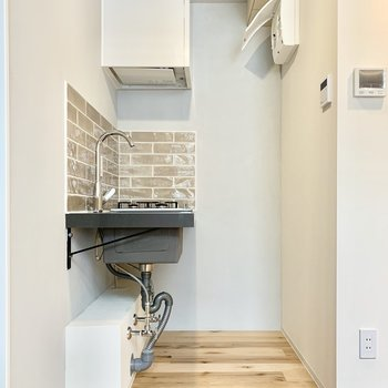 冷蔵庫はキッチン手前スペースに置けそう。※写真は4階の同間取り別部屋のものです