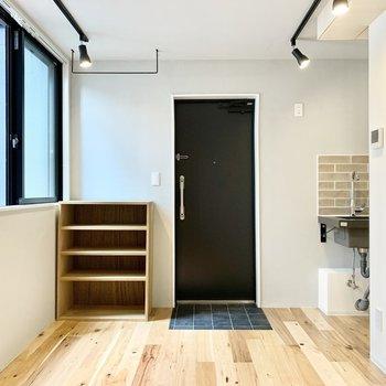 無垢床の手触り感、いいですね。※写真は4階の同間取り別部屋のものです