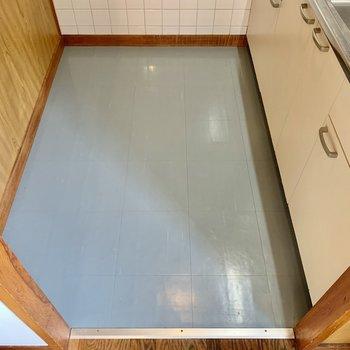 キッチン向かって後ろに冷蔵庫などを置けます。