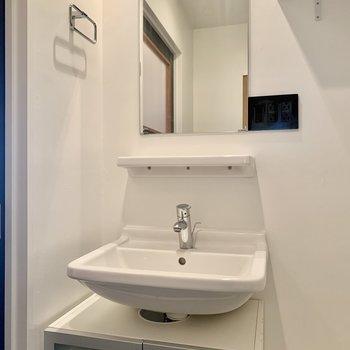 スッキリデザインの独立洗面台。