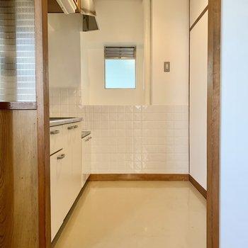 キッチンに窓。冷蔵庫などはキッチン向かって後ろに。