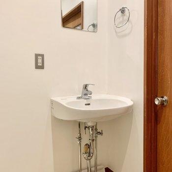 スッキリとした独立洗面台。