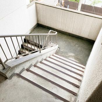 階段は幅が広く、荷物の搬入も楽かもしれません。