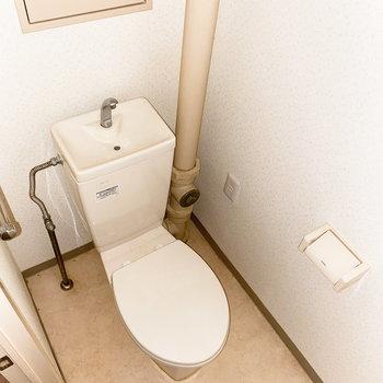 スッキリとした見た目のトイレ。(※写真は通電前のもので、フラッシュ撮影しています。)