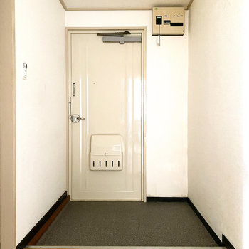 玄関は広々としていて、段差も少なく、スムーズに入れますよ。(※写真は通電前のものです。)
