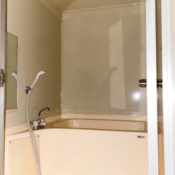 浴室は圧迫感が少なく、快適に過ごせそう。(※写真は通電前のもので、フラッシュ撮影しています。)
