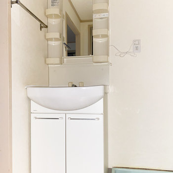 スリムな見た目の洗面台◎(※写真は通電前のもので、フラッシュ撮影しています。)