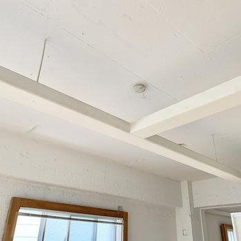 天井の梁を利用して洗濯物を干すのはどうでしょうか。