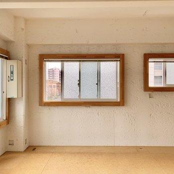 白の塗り壁と木の窓枠がポイント。※クリーニング前の写真です