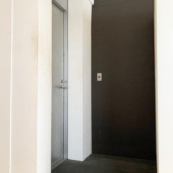 玄関は黒でシックに。シューズラックを置くスペースもありますよ。