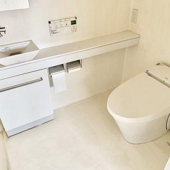タンクレストイレで清潔に保てます。※クリーニング前の写真です