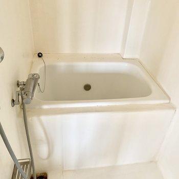 お風呂はなにやら雪をかためて作られた感じ。※クリーニング前の写真です