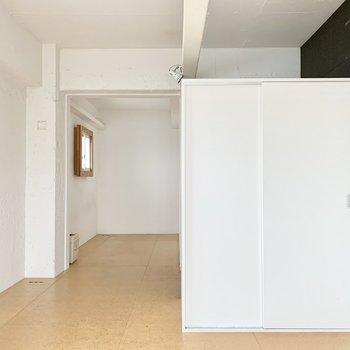 玄関はうまく収納で目隠しされています。※クリーニング前の写真です