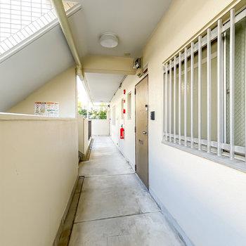 玄関前の共用部はシンプルですが綺麗な状態。
