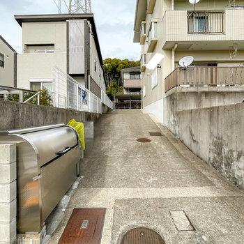入り口へはこちらのスロープを登って。ゴミステーションもこちらに。