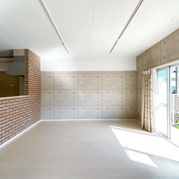 壁一面にはコンクリート調のクロス。インダストリアルなインテリアが似合いそう。